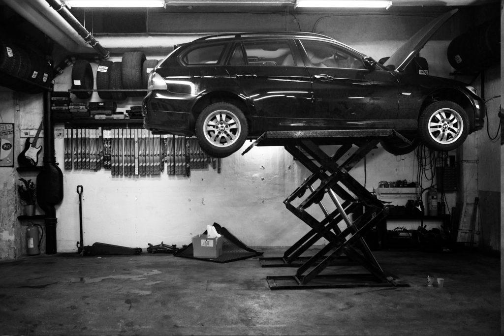 BMW upphissad för service